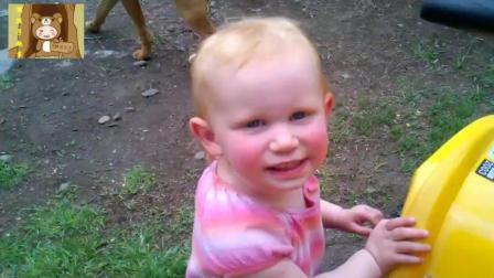 小宝宝不承认自己屎拉裤子里, 却被闻味儿而来的狗狗揭穿, 逗死了