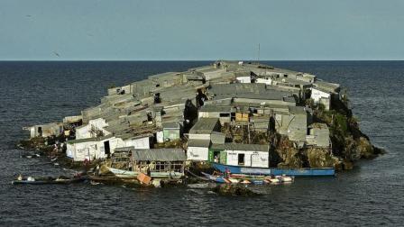 最拥挤的小岛2000平米住着1000多人, 几米远就是大岛, 他们为何不敢搬过去?