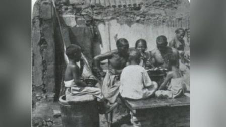 直击: 美国摄影师镜头下的晚清老照片, 被关在站笼里的囚, 在吃饭的贫困人家!