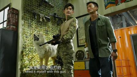 玩绝地求生的朋友帮忙看看, 吴京战狼2挂在墙上这些枪有哪些?