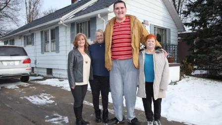 世界上最大脚丫子! 男子身高两米, 三步能走十米?