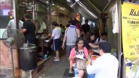 香港人为啥那么爱吃小吃? 小小的一条街道, 平时就坐满了人
