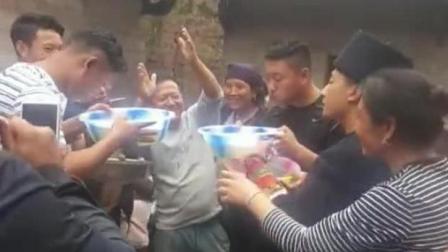 农村小伙聚会用脸盆当碗喝酒 网友 够爷们
