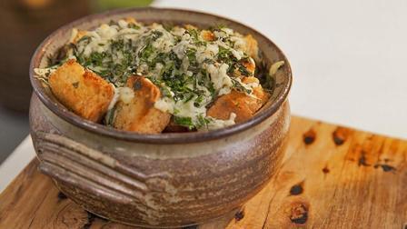 法式洋葱苹果汁汤配香草乳酪面包丁, 先煮后烤, 汤汁浓郁