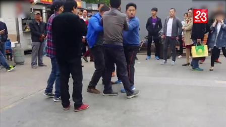 北京大兴区地铁口打架!