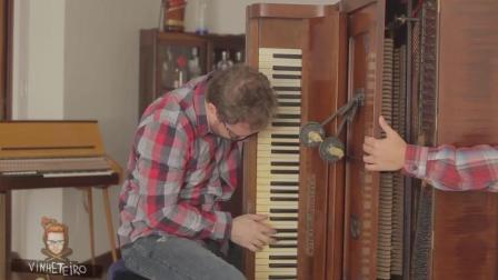 抱着钢琴演奏! 手长就是任性!