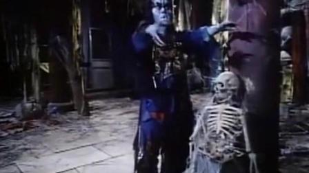 僵尸无聊到拿骷髅头当保龄球打 太逗了