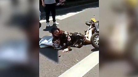豪车宾利撞倒了电动车女子, 给多少钱才能这个女子站起来呀!