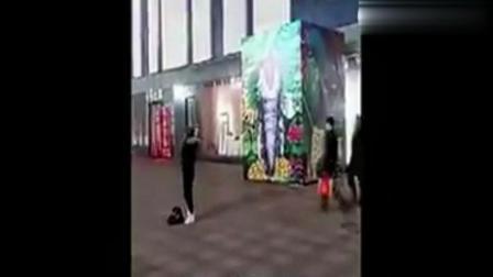 监控实拍情侣吵架时男子被踢了一脚, 在众目睽睽下凭空消失