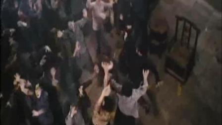 林正英被一群鬼怪围攻数量太多连他也顶不住, 只有花四千万请鬼差上来瞬间灭了一群鬼怪