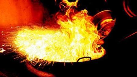 消防帅哥现场手把手教你厨房锅中着火应处理技巧