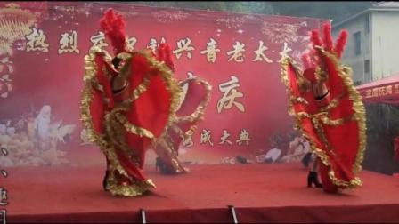 农村歌舞团表演现场, 实拍喜庆的大摆裙开场舞, 现场热闹非凡