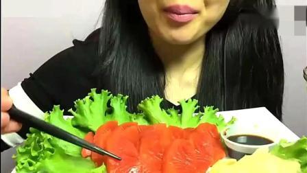 国外美女吃三文鱼刺身和米饭、在沾点海鲜调料、真的太好吃了!