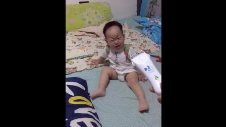 妈妈拿电推剪要给宝宝剪头发 接下来宝宝的反应太可爱了