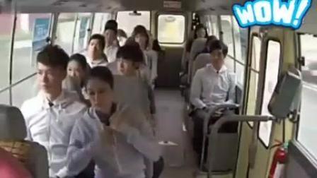空姐在巴士上集体恶搞乘客, 好身材一览无余