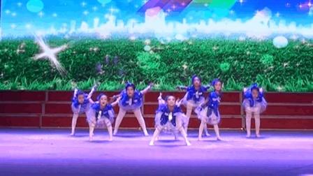 幼儿园小朋友跳《向快乐出发》舞蹈, 动作整齐, 活泼可爱
