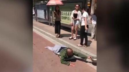 特大新闻, 一名女人在公交车站把一个残疾人治好了! 神医!