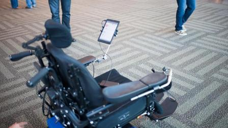 为了让霍金和人沟通, 他的轮椅, 装了多少黑科技?