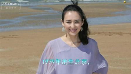 章子怡赤着脚丫在海滩玩耍, 网友: 腿引起了大家的注意