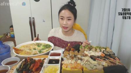 韩国大胃王吃播: 什锦寿司+炸虾乌冬面, 还有必不可少的韩国泡菜