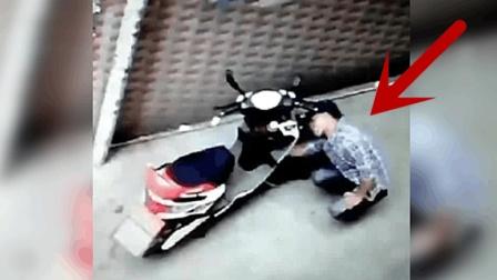 男子正在楼下偷车, 楼上女主人看到后用开水惩罚他!