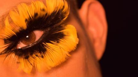 眼妆还有这种操作? 男子用花瓣画的这款眼妆太惊艳了!