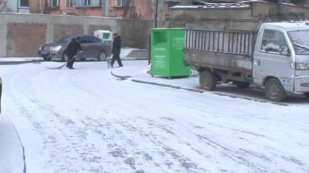 中润物业哈热小区保安及时清扫小区路面积雪方便业主出行