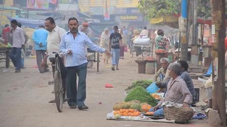 实拍印度农村日常菜场街头, 人畜互相抢道, 画面很接地气