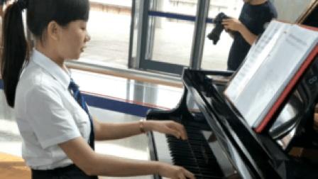 广西火车站美女弹钢琴