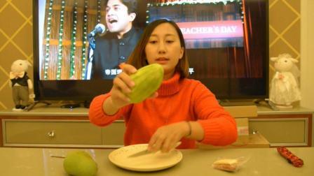 """试吃云南特色""""蘸辣椒面吃的水果"""", 这酸爽简直让人不敢相信"""