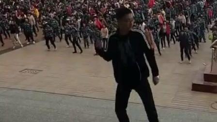 河北省唐山市迁西一中课间操老师带领学生大跳曳步舞 一群被耽误的舞王
