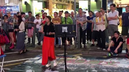 """街头红裙美女艺人演唱""""舞女"""""""