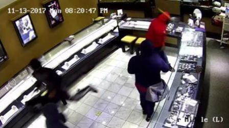 窃贼遇上钢化玻璃 敲到手断也没用