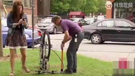恶搞: 路人给自行车打气, 没想到看到了尴尬的一幕!