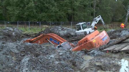 大型挖掘机掉入3米烂泥地, 动一下就往下陷, 看它是如何上来的
