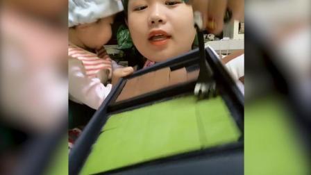 宝妈带着宝宝一起吃巧克力, 抹茶味的味道最好了, 看着真香