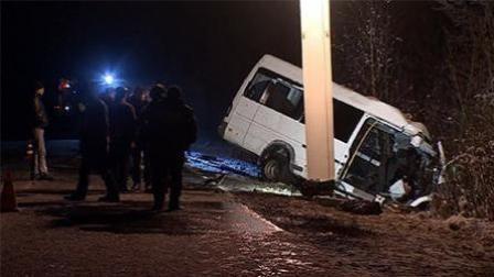 俄罗斯西部发生严重车祸 致15人死亡