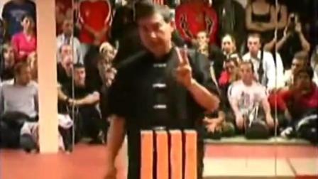 现场表演一拳打碎四块红砖! 中国拳师, 让外国粉丝疯狂