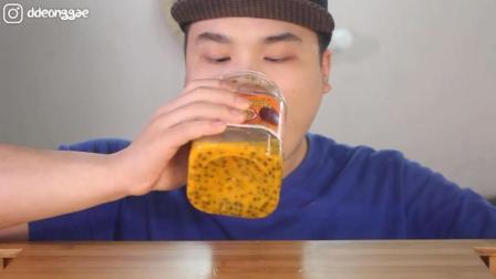 韩国大胃王豪放派, 吃百香果, 用勺子吃不过瘾, 直接拿瓶子喝