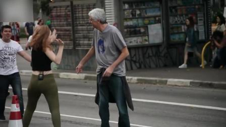 巴西网红假装拥抱路人, 猥琐大叔心花怒放接抱被闪过, 尴尬表情超好笑