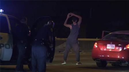 心大! 男子袭警被捕 面对枪支开启尬舞