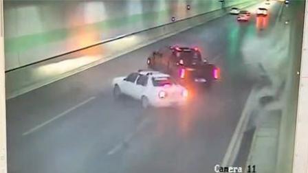 轿车隧道内撞墙 两车跟随漂移180度