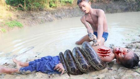 哥哥弟弟一起在野外游泳, 突然对岸杀出一条大蟒蛇, 好吓人