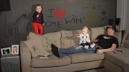 瑞典夫妇互换性别, 丈夫带孩子, 结果闹出不少笑话