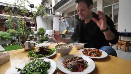 老外来中国, 把几道家常菜当做顶级美食, 嘴巴吃的爽到直哼哼!