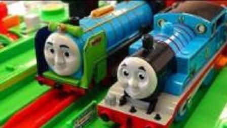 大型木质轨道玩具托马斯带来蛋糕犒劳辛劳的警察叔叔 托马斯老爷车