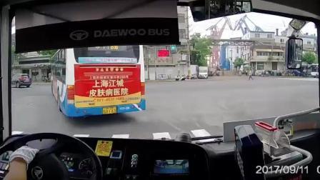 小路倒车为货车让行,老司机挥手感谢,暖心一刻被记录仪拍下