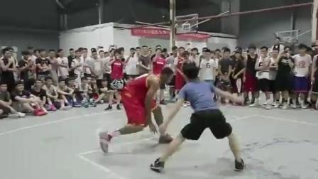 街头篮球上帝之手表示中国一个能打的都没有! 你们服不服, 然后一个小伙上去挑战