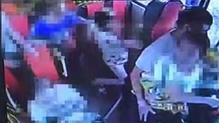 4岁男童被校车撞死 出事时司机抱着女生开车