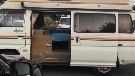 三万元买的二手面包车, 然后花钱改装成房车, 开着旅游特别舒服